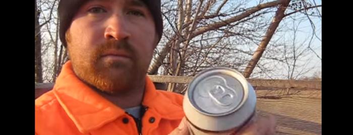 【ワイルド感が尋常じゃない】缶ビールの予想外な開け方に驚きの声!