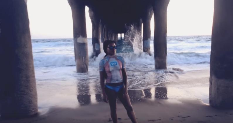【完璧なカモフラージュ】ボディペイントだけでサーフィンをする女性たちが過激すぎる! 画像2