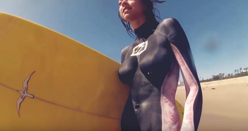 【完璧なカモフラージュ】ボディペイントだけでサーフィンをする女性たちが過激すぎる! 画像4