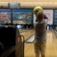 【豪快な変化球!】ボーリングで勢い余りすぎた男の子