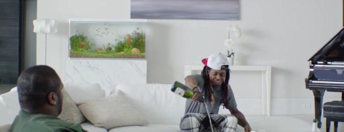 【Galaxy S7】リル・ウェインがスマホにシャンパンをかけるCMがクレイジー過ぎる