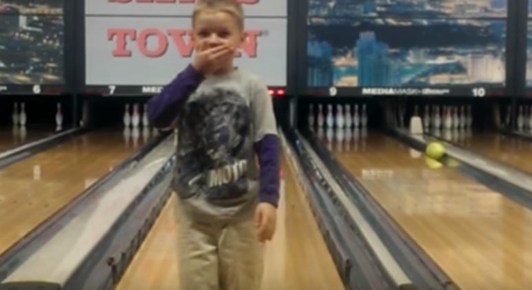 【豪快な変化球!】ボーリングで勢い余りすぎた男の子 画像1