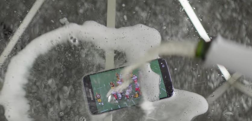 【Galaxy S7】リル・ウェインがスマホにシャンパンをかけるCMがクレイジー過ぎる 画像2