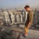 見ているだけで心臓が痛くなる…超高層ビルの屋上でホバーボード遊びをする男
