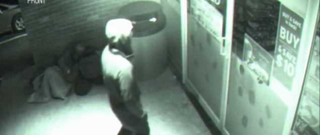 超能力者? タイムトラベラー? 監視カメラにガラス戸をすり抜ける男の姿が映る…!