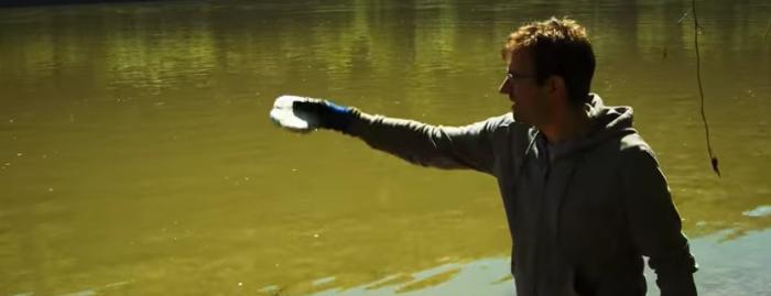 金属ナトリウムを水を反応させると!? 池の中に投げ込んでみた実験が面白い!