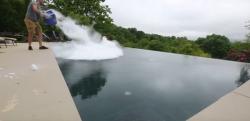 【実験】大量のドライアイスをプールへまき散らしてみた……!