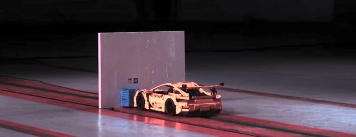 【スローモーション映像】レゴで作ったポルシェ911を時速46kmでクラッシュさせてみた……!