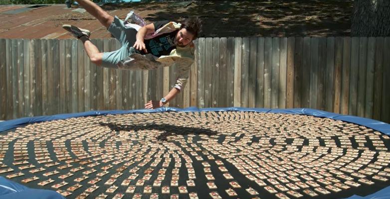 【実験】トランポリンの全面にねずみ取りを設置、飛び込んでみると衝撃的な光景が!!