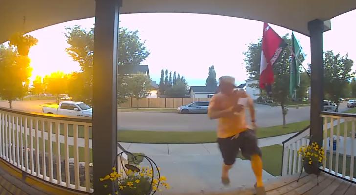 【恐怖!】ある危険生物の襲来を発見した男性、玄関先から一目散で逃げ帰る……!