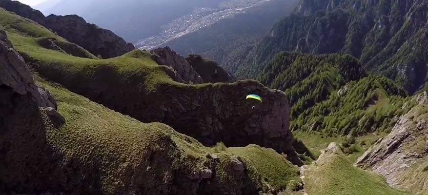 【クレイジー】息をのむ光景! 山の斜面ギリギリを滑空するスポーツが凄まじい……!!