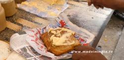 【調理風景】インドの屋台メシ、チーズ爆盛りのサンドイッチが美味しそう!