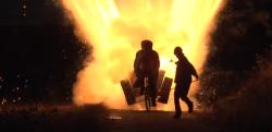 想像以上の激しさ! 自転車に乗りながら1000本の花火を打ち上げてみた!