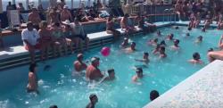 荒海をゆくクルーズ客船……船上にあるプールが大変なことに!?