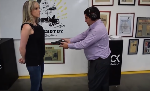 【デモンストレーション】防弾チョッキの性能を披露するために社長が妻に発砲……!