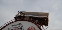 驚愕のパワー!! ほとんど壁みたいな場所を登りきる大型四輪駆動トラック