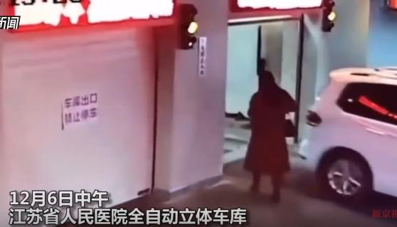 スマホに夢中で立体駐車場に入り込んだ女、地下に吸い込まれ大変なことに……