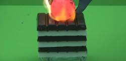 【実験】超高温に熱した鉄球を板チョコのうえに置いてみた結果……!?
