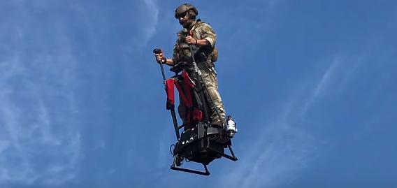 立って乗る飛行ビークル「ZAPATA EZFLY」が完全に未来だと話題に