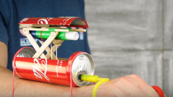 【DIY】空き缶と注射器で作る!? 籠手タイプのスパイ銃がカッコいい!