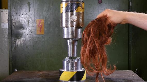 本物の髪の毛を油圧プレスで押し潰すとまさかの結果が…!?
