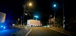 ベタ付けでトラックを煽っていた車が正面衝突の事故を起こす瞬間!