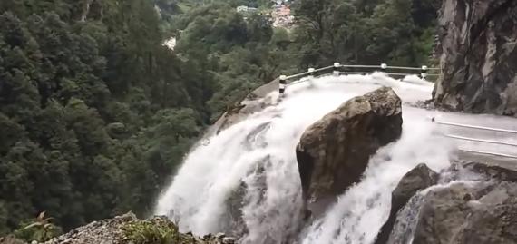 命がけの酷道! 滝と一体化した山道を車で下る衝撃映像