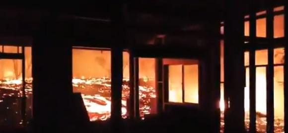 【衝撃映像】自宅が溶岩に飲み込まれる寸前を捉えた恐ろしすぎる映像