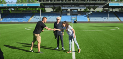 【ドッキリ】素人を装った女性チャンピオンがプロサッカー選手を驚愕させる!!
