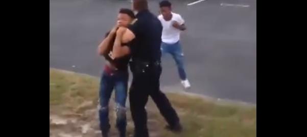 【衝撃映像】暴れる少年へ本気になった警官のマジタックル