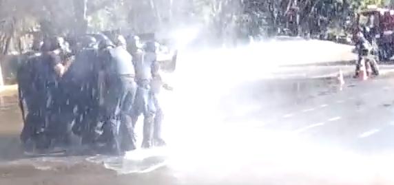 【ブラジル】警察 vs 消防 熱き戦いの結末は……!?