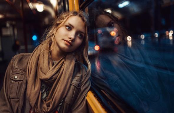 電車の中で美女外国人が困っていた。俺「あの、どうかしましたか?」→ まさかこれが運命の出会いになるなんて……
