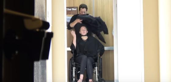 【ドッキリ】エレベーターで女性の首をいきなりもぎ取ってしまう衝撃のイタズラ!