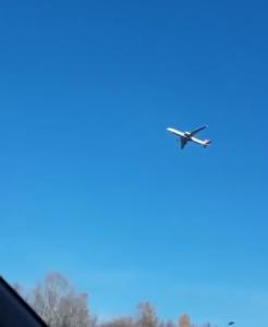 空中で静止する飛行機、近影