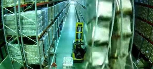 【衝撃映像】大惨事! フォークリフトが接触して過去最悪のドミノ倒し事故に……
