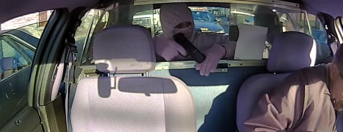 間抜けすぎるタクシー強盗、後続パトカーに気づかず即逮捕…!