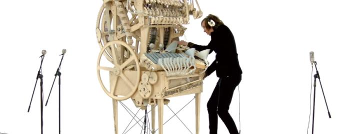 2000個のビー玉を使った斬新な楽器で音楽を奏でるミュージシャン