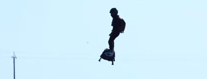 【近未来】空飛ぶスケボー!? ジェットエンジンで空を自由に飛び回る「Flyboard」が登場!