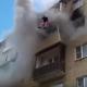 【衝撃映像】炎上するマンションの5階から飛び降りる家族! 地上で受け止める住人たち!【救出劇】