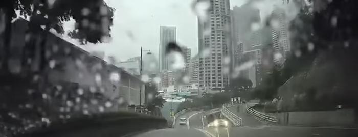 【超常現象】車道のど真ん中にいきなり現れた男性がタイムトラベラーだと話題に……!【香港】