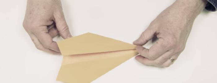 これが世界最長飛距離を叩き出した紙飛行機の折り方だ!