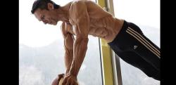 まさに鋼の肉体……世界一キレた筋肉を持つオジさんのワークアウト!