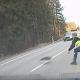 猛スピードの逃走車を現代のまきびし「スパイクストリップ」で強制停止させる!!