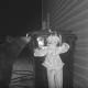 ゴミを漁りにくるクマ VS 突然動き出す恐怖のピエロ人形……!