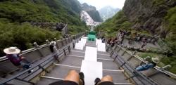 閲覧注意レベルの怖さ!? 急傾斜の天門山を駆け下りるパルクールの主観映像!