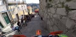 めちゃくちゃ狭い裏路地をオフロードバイクでかっ飛ばすレースが凄まじい……!!」