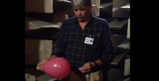 【比較実験】音が響く部屋と響かない部屋で風船を割ってみた結果……!?