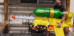 【DIY】元NASAのエンジニアが作った巨大水鉄砲の威力が凄まじい……!!