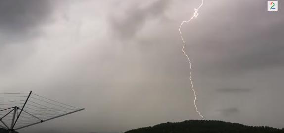 【音量注意】雷がほとんどすぐ隣に落ちる衝撃の瞬間……!!