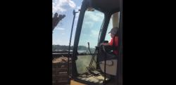 5歳の男の子がショベルカーを操作! 土砂をしっかりトラックに積み込む